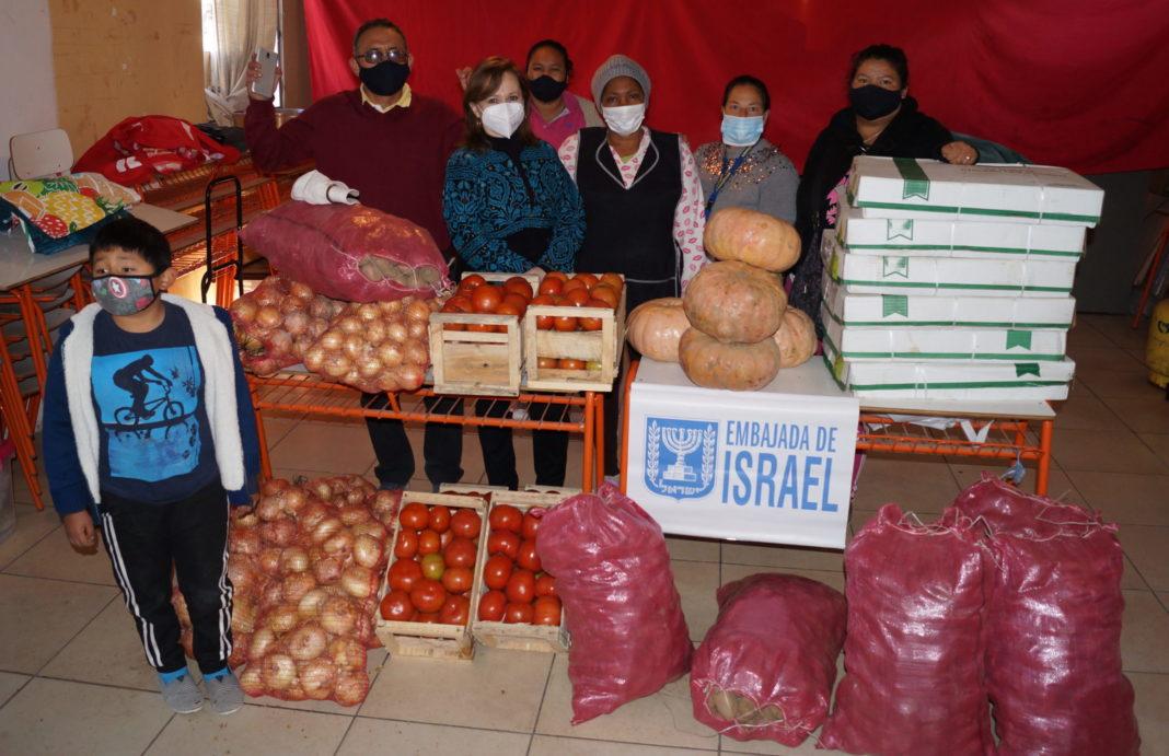 Hasta el macrocampamento Los Arenales llegó la diputada Marcela Hernando para hacer entrega de una donación en alimentos realizada por la embajada de Israel.